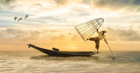 uploads/2018/10/fisherman-2739115_1280.jpg