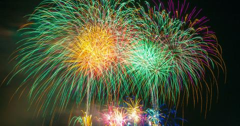 uploads/2019/04/fireworks-180553_1280.jpg