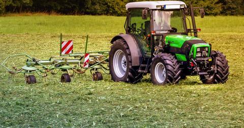 uploads/2019/02/tractors-3571452_1280.jpg
