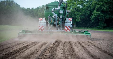 uploads/2018/06/tractor-3486285_1280.jpg