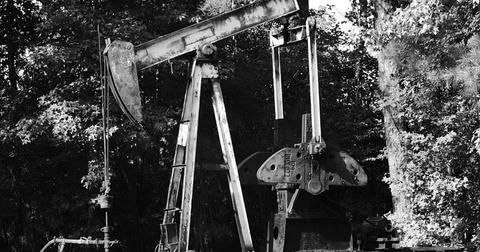 uploads/2018/10/oil-pump-black-white-industry-2499156-1.jpg