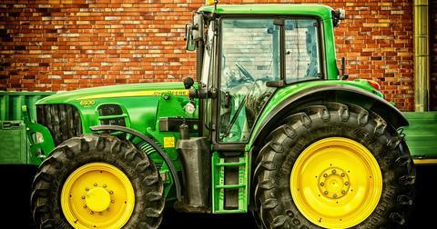 uploads/2018/12/tractor-2077639_960_720.jpg