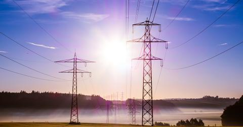uploads/2018/09/power-poles-503935_1280.jpg