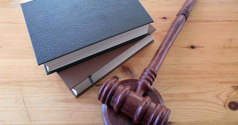 uploads/2018/10/hammer-books-law-court-lawyer.jpg