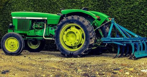 uploads/2018/02/tractor-1929134__340.jpg