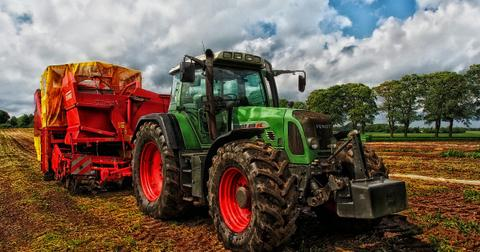 uploads/2018/07/tractor-385681_1280.jpg