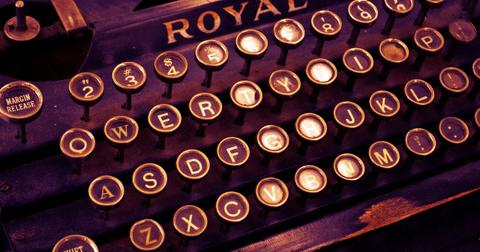 uploads/2019/05/typewriter-1170657_1280.jpg
