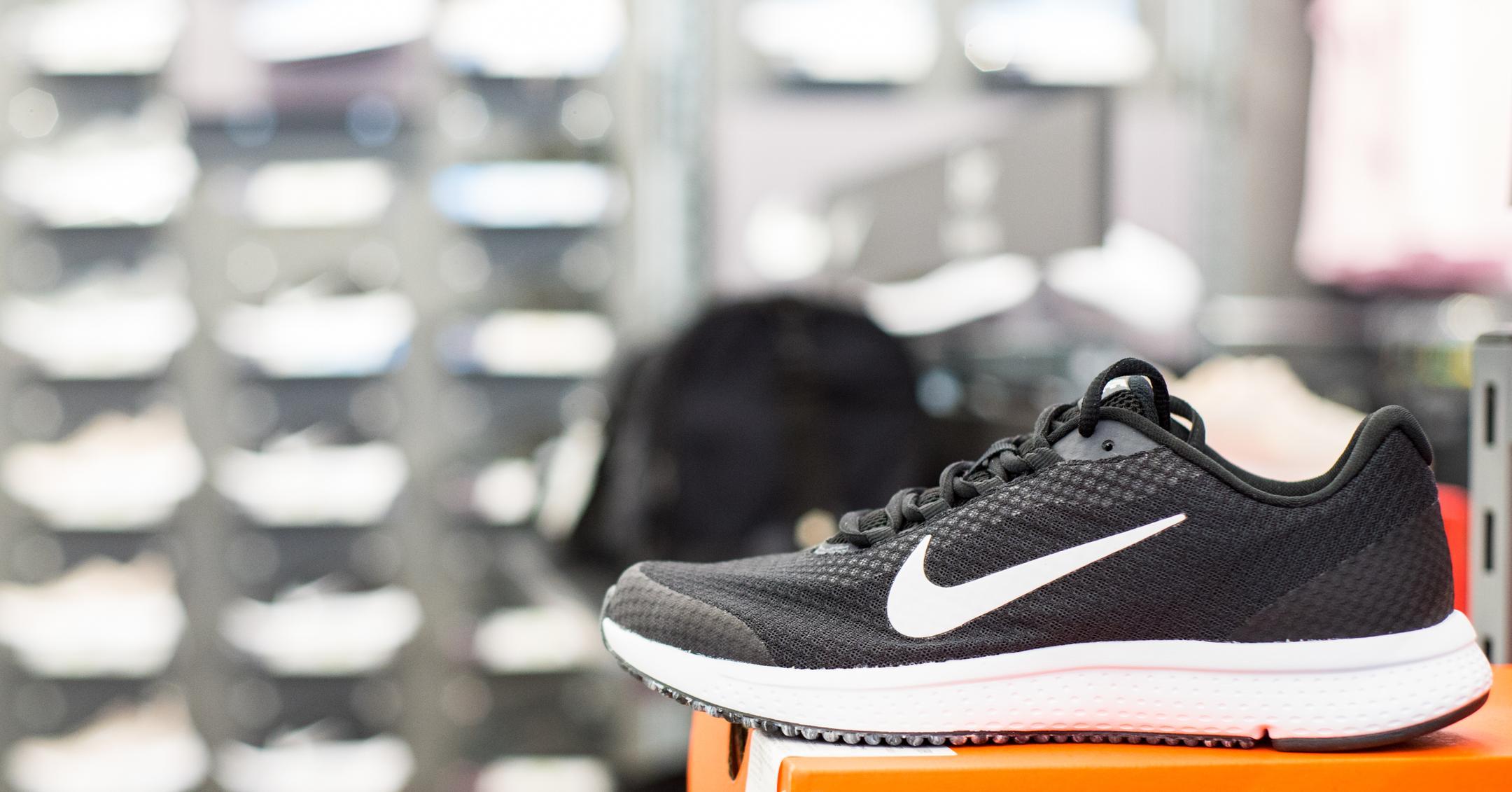 maestría Odia Mezclado  Analysis of the distribution and retail strategy of sneaker giant Nike