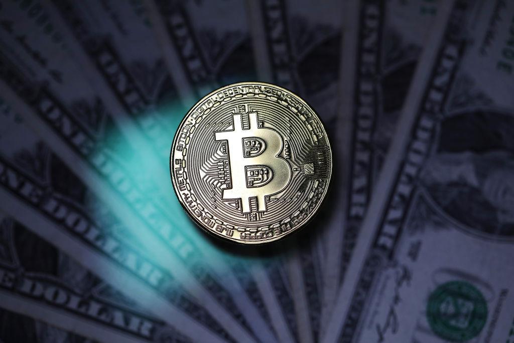 billets de bitcoin et d'un dollar