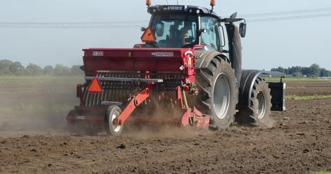 uploads/2019/01/tractor-3859930_1280.jpg