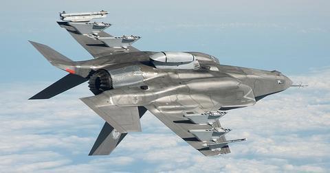 uploads/2019/05/military-jet-1131094_640.jpg