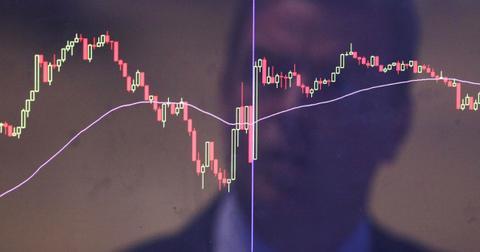 Trader en bourse regardant l'écran du marché