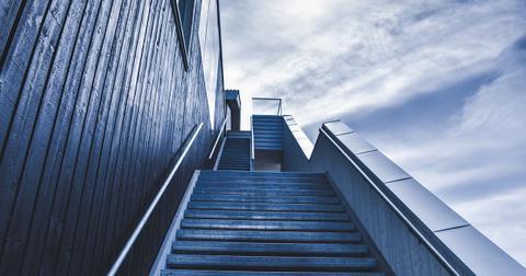 uploads/2019/06/stairway-828883_1280.jpg