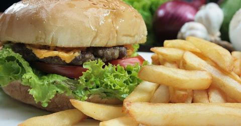 uploads/2018/11/burger-cheeseburger-french-fries-2.jpg
