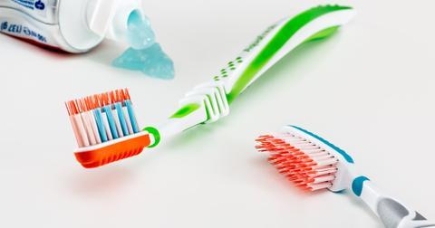 uploads/2018/12/toothbrush-3191097_1280.jpg