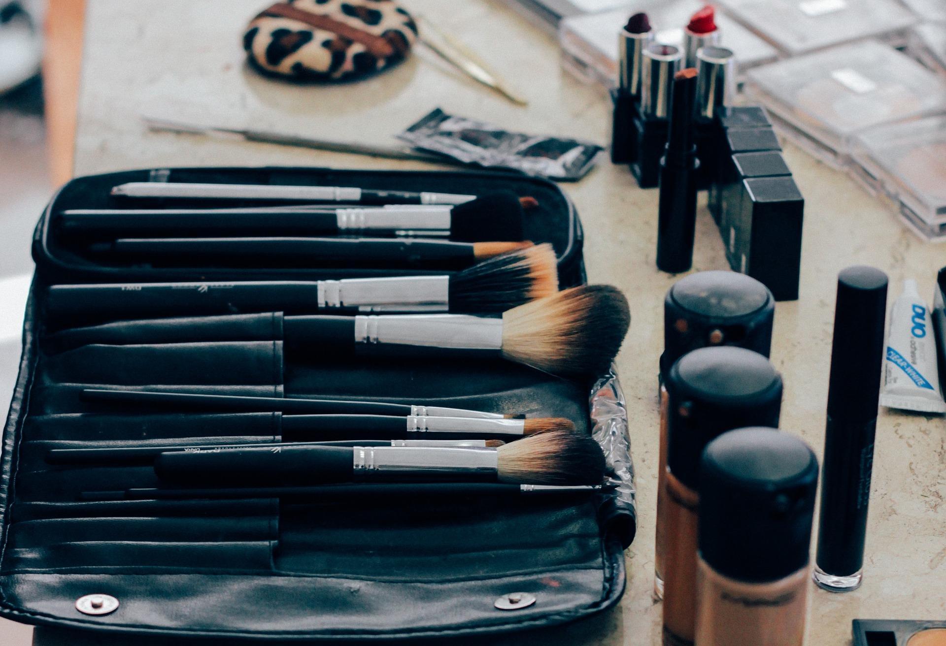uploads///make up _