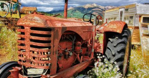uploads/2018/06/tractor-371250_1280.jpg