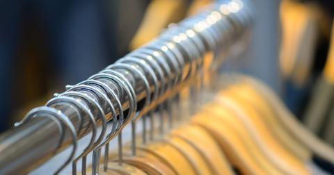uploads/2019/03/coat-hangers-3792840_1280.jpg