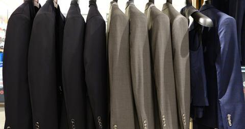 uploads/2018/11/suit-714357_1280.jpg