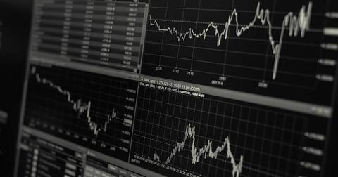 uploads/2018/11/stock-trading-monitor-desk-1863880.jpg